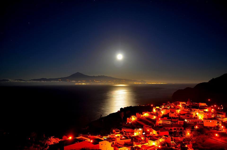 Superluna sobre agulo - Moon over Agulo and Teide